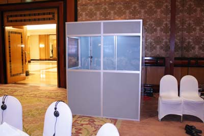 Sewa interpreter booth tampak depan.