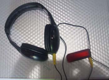 Wireless receiver dengan headset yang dipakai para peserta.